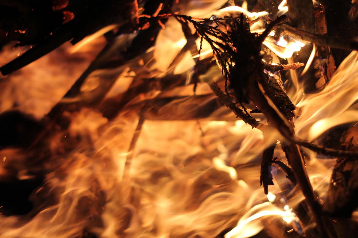 Blicke in die Flammen, und das Feuer gibt dir Antworten. Foto: Dorothea Mueth
