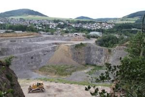 Der Bellberg in Ettringen ist durch eine Eruption entstanden. Die Caspar Lavawerk GmbH baut hier noch immer Stein ab. Foto: Dorothea Müth
