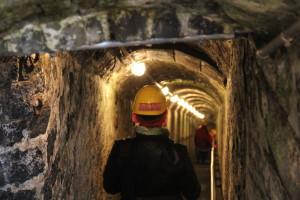 Mit Helm und Grubenlampe die ausgetretenen Stufen hinab: 160 Schächte führen in Mendig in ein unterirdisches Netz von Lavakellern. Foto: Dorothea Müth