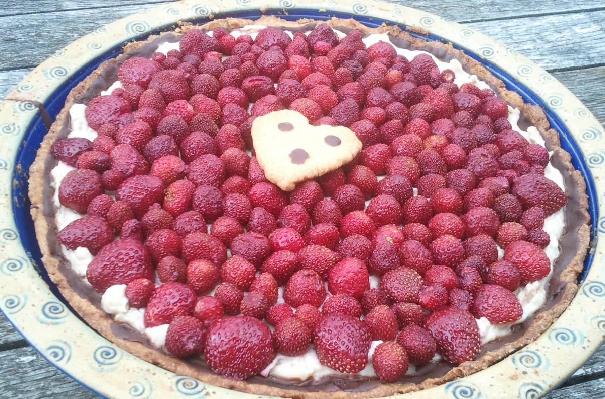 Irdische Freude: Kuchen mit Erdbeeren frisch aus dem Garten, in Keramikform und mit Liebe gebacken. Foto: Dorothea Mueth